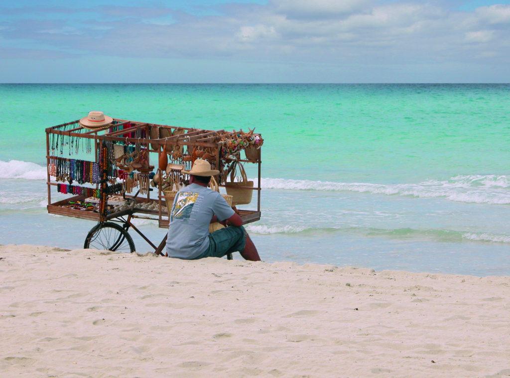 Vendedor en la playa. Varadero. Cuba.